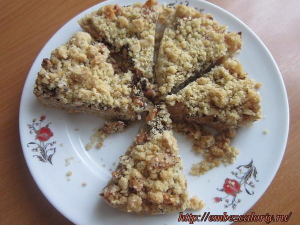 Рассыпчатый пирог с яблоками готов!