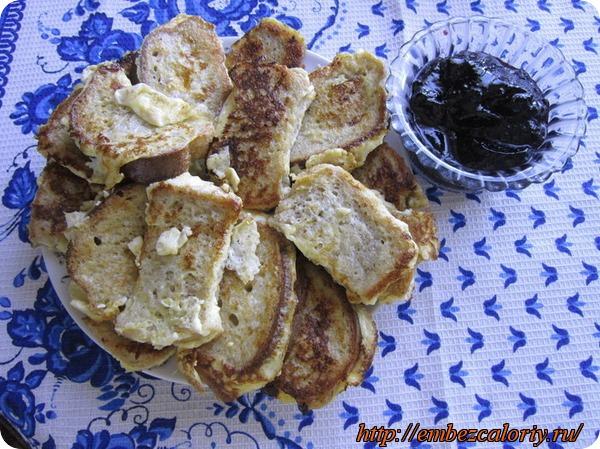 Хлеб или булочка в омлете