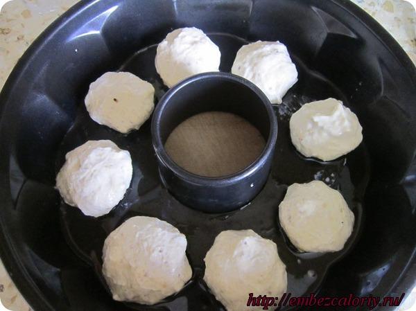 Формируем шарики и укладываем на смазанную маслом форму