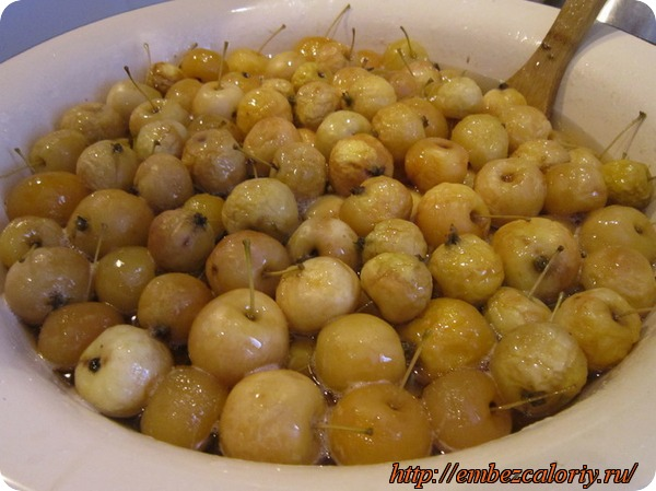 Заливаем сиропом яблоки и доводим до кипения