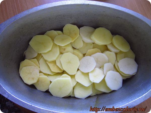 Картофель нарезаем кружочками