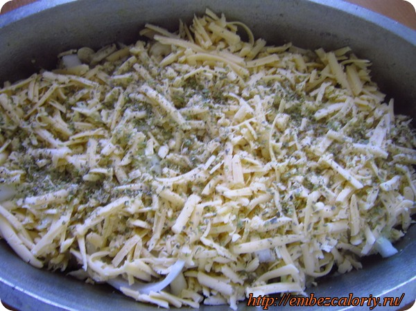 Сверху посыпаем сыром и пряностями