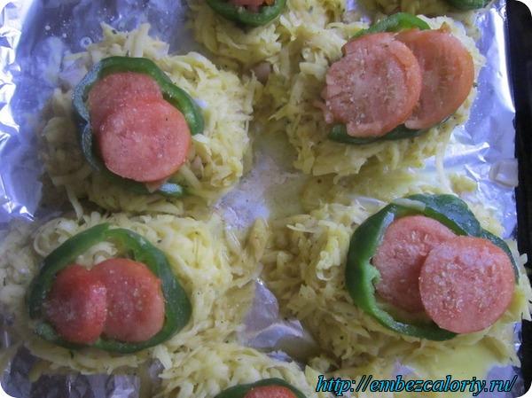 На рыбу укладываем картофель, кольца болгарского перца и помидоры