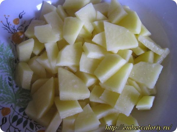 запускаем в кипящий гороховый отвар картофель