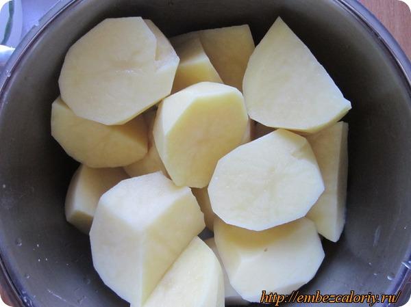 Очищенный картофель режем на крупные дольки или половинки