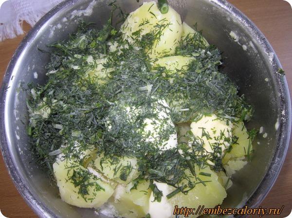 В горячий картофель закладываем масло сливочное, пряности, зелень