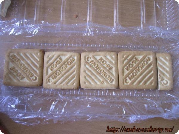 На пленку складываем слой обычного печенья