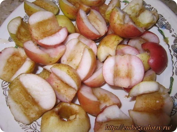 Яблоки режем на дольки