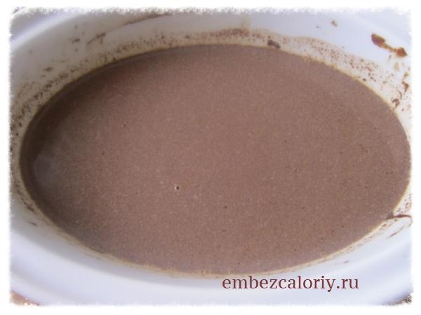добавляем в чашу дольки шоколада, сахар и продолжаем нагревать