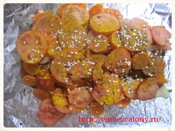 Укладываем морковь, лук, помидоры, солим + пряности