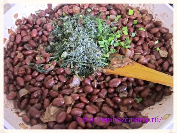 Добавляем рубленную зелень, зеленый лук