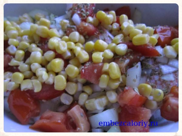 Поверх рыбы укладываем нашинкованный лук, помидоры, кукурузу