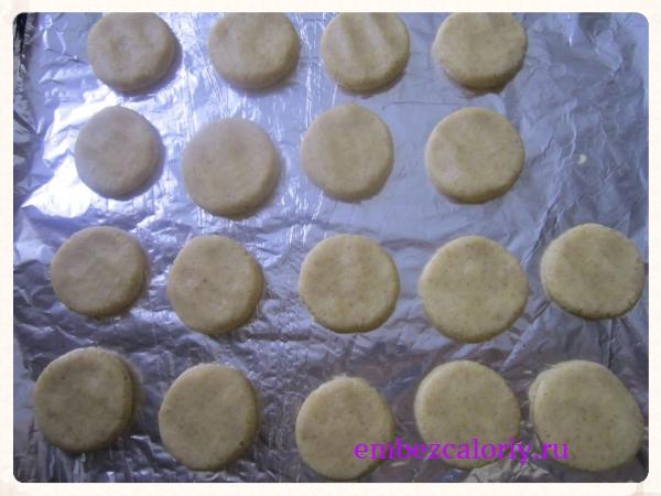 Шарики из теста оформим в виде плоского печенья