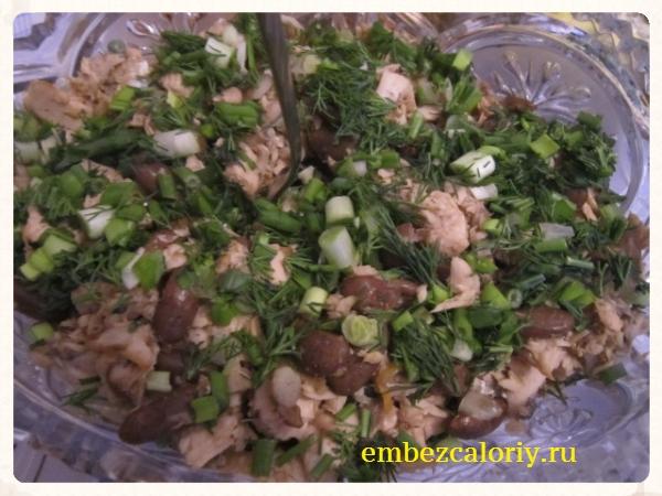 Салат из красной рыбы с фасолью