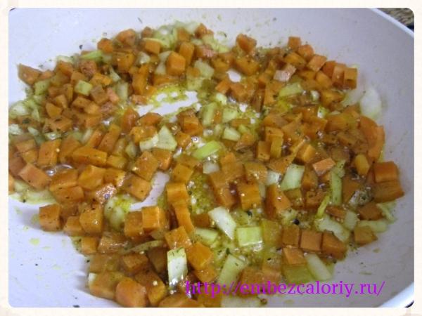 Морковь и лук шинкуем кубиками, добавляем пряности