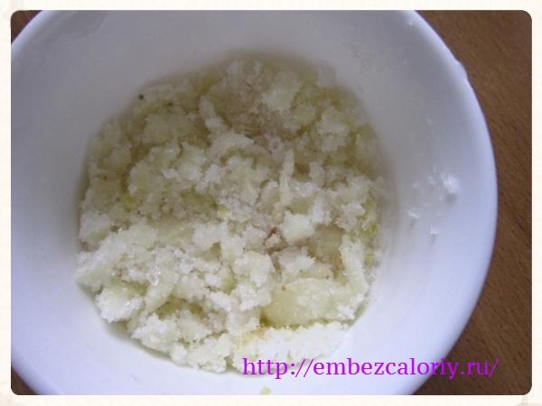 По окончанию варки добавляем тертый чеснок с солью