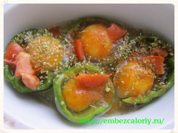 укладываем помидоры, солим, перчим и посыпаем пряностями