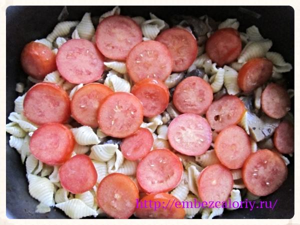 Сверху выкладываем шампиньоны и помидоры