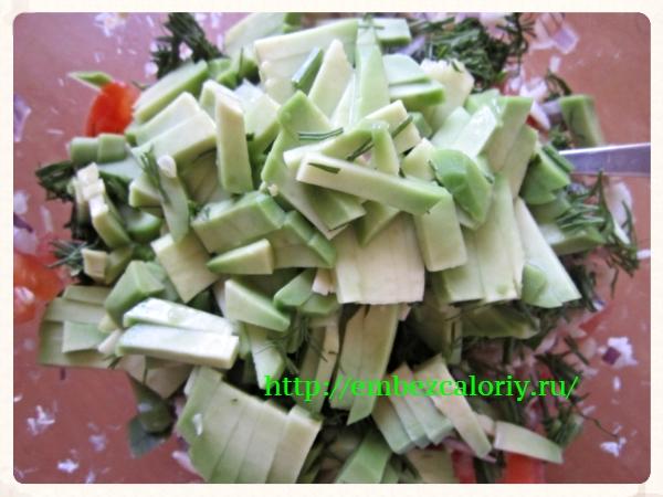 Авокадо соединяем с рыбой и измельченной зеленью