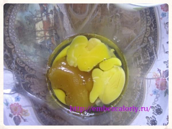 Взбиваем яйца с медом (или сахаром)