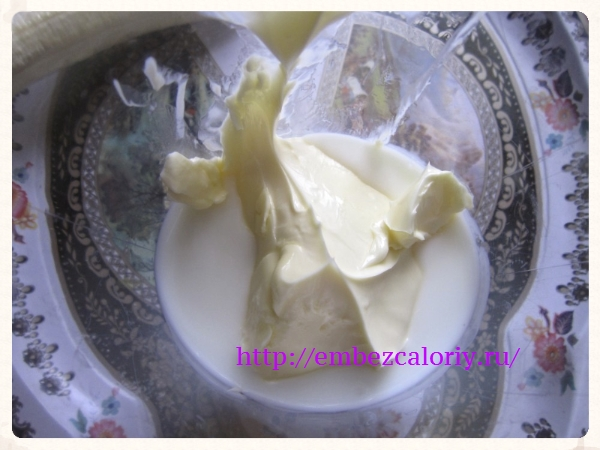 Масло размягченное и кефир взбиваем