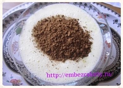 Вливаем жидкую массу в мучную смесь, добавляем какао