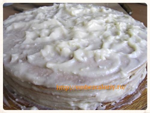 промазываем верх и края торта кремом