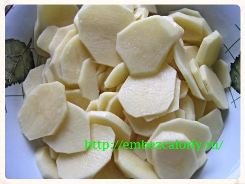 Очищенный картофель нарезаем кружочками
