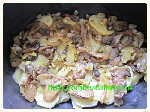 слой картофеля, далее – обжаренные грибы