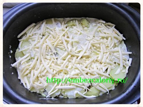 слои поливаем соусом и посыпаем сыром
