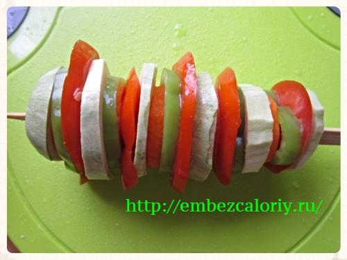 Нанизываем на шпажку обработанные овощи