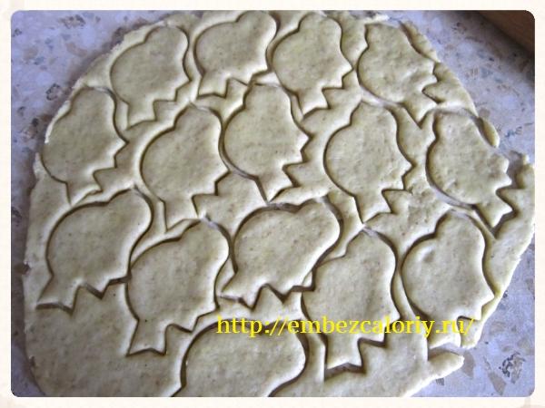 выемкой формуем фигурки для печенья