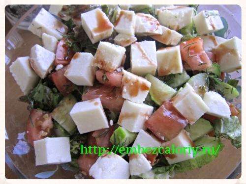 все ингредиенты в большую салатницу и перемешиваем