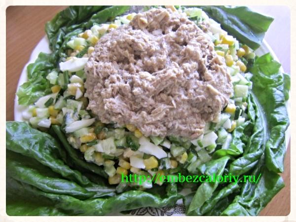 Поверх салата укладываем консервированного тунца