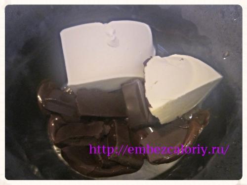 На водяной бане топим сливочное масло и шоколад