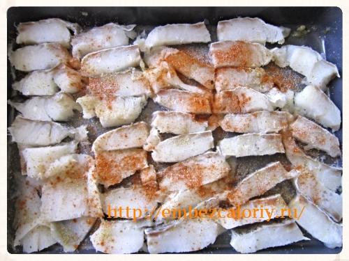 рыбу солим, перчим, посыпаем пряностями