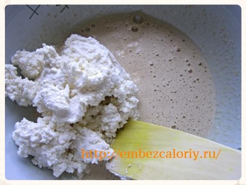 Яйца и сахар взбиваем, добавляем творог, соль