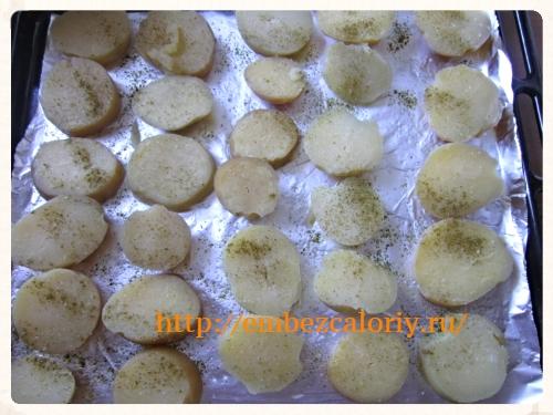 Картофель отвариваем и нарезаем кружочками