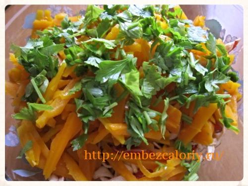 Укладываем готовые продукты в салатник слоями