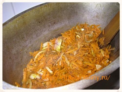 слегка обжариваем морковь и лук