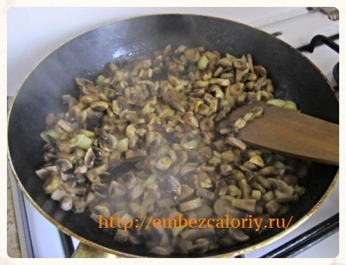 Грибы с луком слегка обжариваем