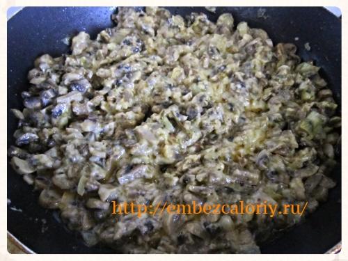 Заливаем смесью подготовленные грибы, тушим