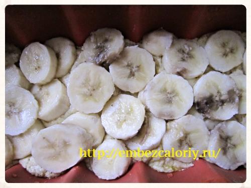 поверх теста - бананы
