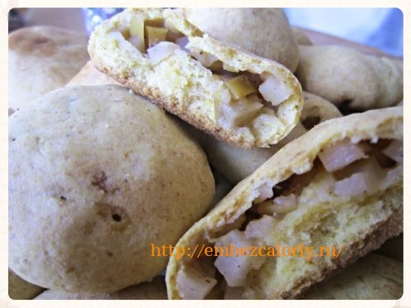 Рассыпчатые пирожки с яблоками и корицей