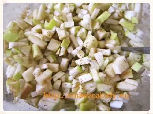 яблоки мелко режем, посыпаем корицей и перемешиваем