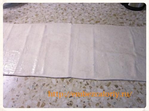 раскатываем готовое слоеное тесто