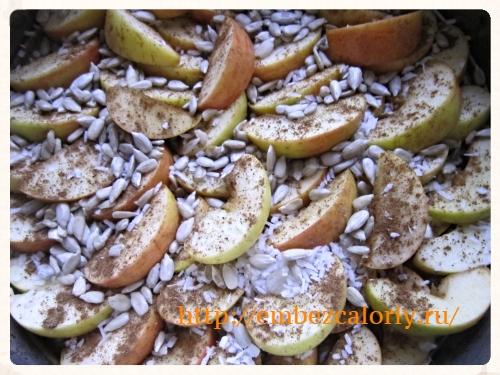 яблоки осыпаем корицей, стружкой кокоса и семечками