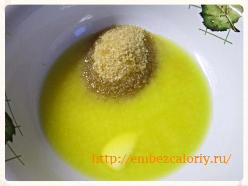 Растопленное масло с сахаром и ванилином