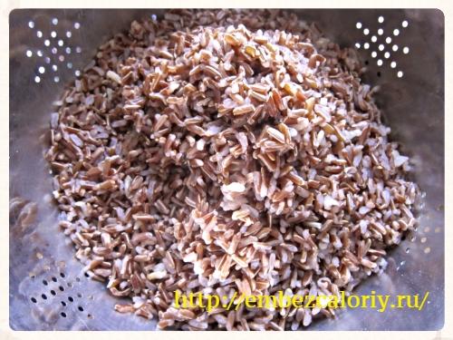 Отвариваем рис в подсоленной воде