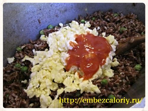 Добавляем яйца и томатную пасту